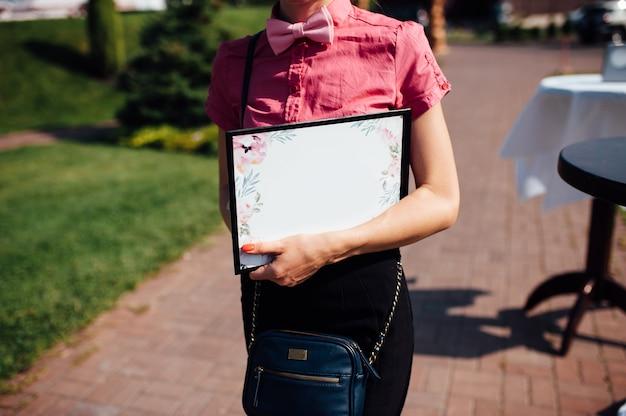 Planificador de bodas caucásico con tableta en sus manos