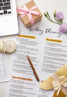 Planificador de bodas moderno y vista superior de la computadora portátil