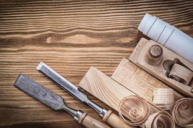 Planificador de dibujo de ingeniería cinceles virutas de ladrillos de madera sobre tablero de madera