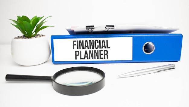Planificador financiero palabras en etiquetas con carpetas de documentos