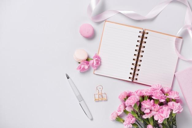 Planificador de maquetas plano. accesorio sobre la mesa. ver la parte superior. escritorio para eventos y fiestas.