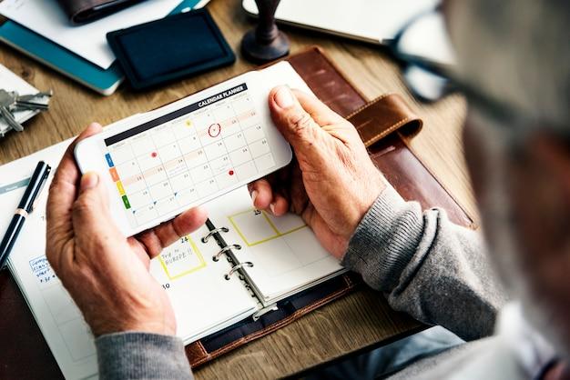 El planificador semanal del diario organiza para hacer el concepto de la lista