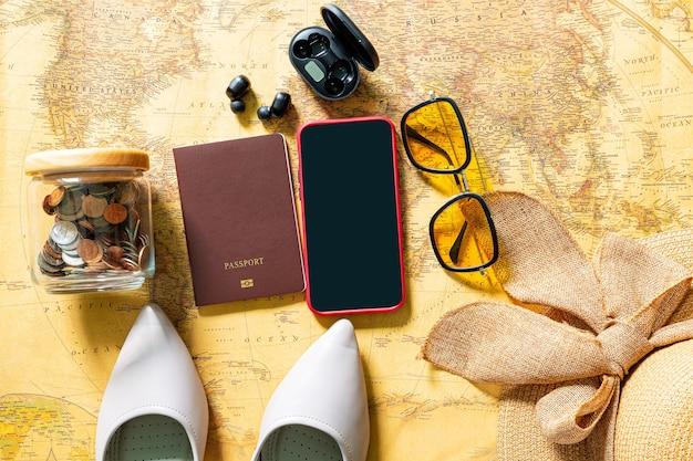 Planificar unas vacaciones planificar un viaje ir de vacaciones usando el mapa del mundo con accesorios vista superior plana