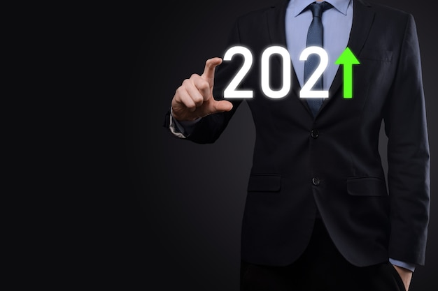 Planifique el crecimiento positivo del negocio en el concepto del año 2021. plan de empresario y aumento de indicadores positivos en su negocio, conceptos de negocio creciendo.