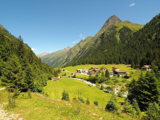 Plano amplio de un valle de montaña
