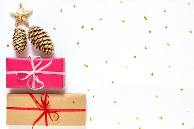 Plano de año nuevo con cajas de regalo y conos dorados