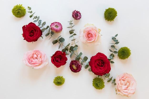 Plano de arreglo de flores preciosas Foto gratis