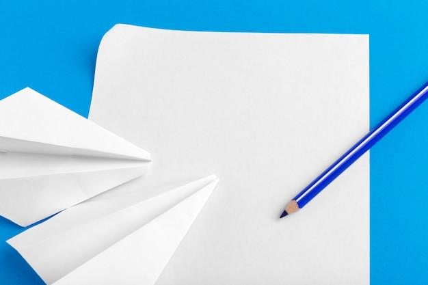Plano de un avión de papel