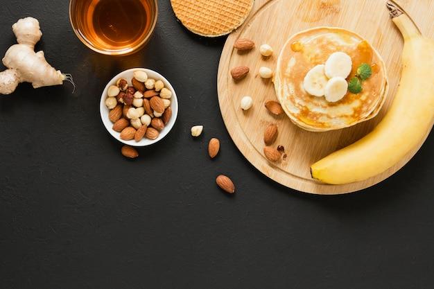 Plano; ay panqueques con mezcla de plátano y nueces
