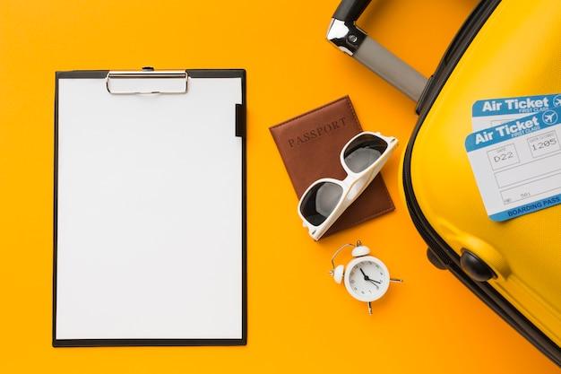 Plano de bloc de notas con equipaje y elementos esenciales de viaje