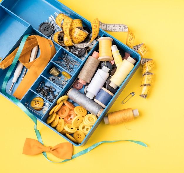 Plano de caja de coser con suministros