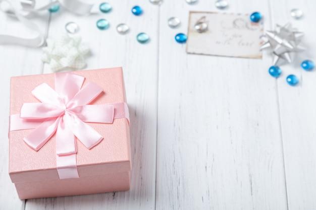 Plano de caja de regalo y decoraciones en mesa de madera. copia espacio