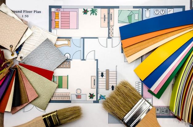 Plano de la casa con herramientas y muestras de colores.