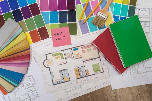 Plano de la casa con muestras de color y texto de 'necesito ayuda'