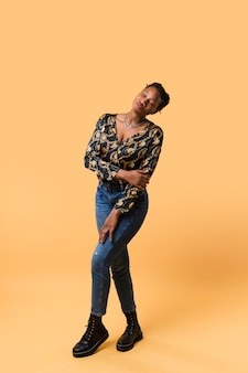 Plano completo de la adorable modelo afroamericana