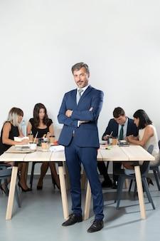Plano completo del apuesto hombre de negocios