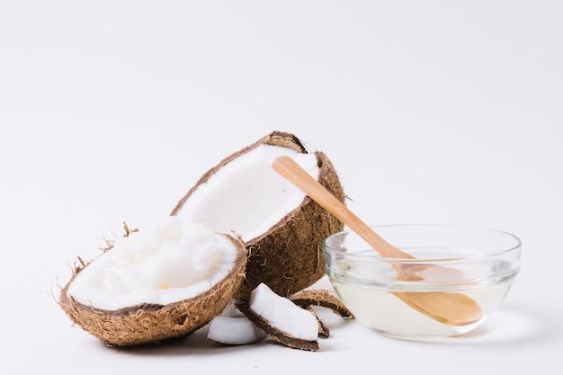 Plano completo de coco con aceite de coco bajo luz