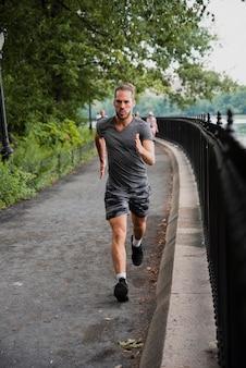 Plano completo del entrenamiento del corredor en el parque