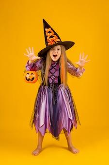 Plano completo de hermosa niña con disfraz de bruja