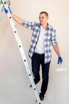 Plano completo de un hombre en las escaleras