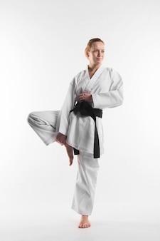 Plano completo de luchador de karate femenino