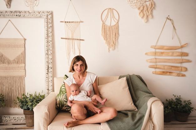 Plano completo de madre y recién nacido
