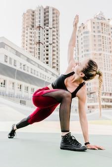 Plano completo de mujer haciendo ejercicio.