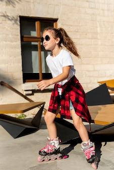 Plano completo de niña con patines