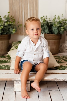 Plano completo de niño adorable