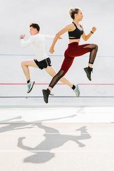 Plano completo de pareja haciendo ejercicio.