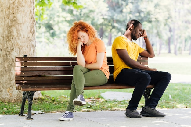 Plano completo de pareja interracial molesta