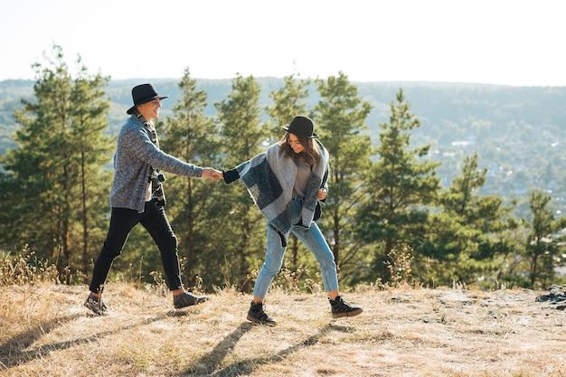 Plano completo pareja juguetona en la naturaleza