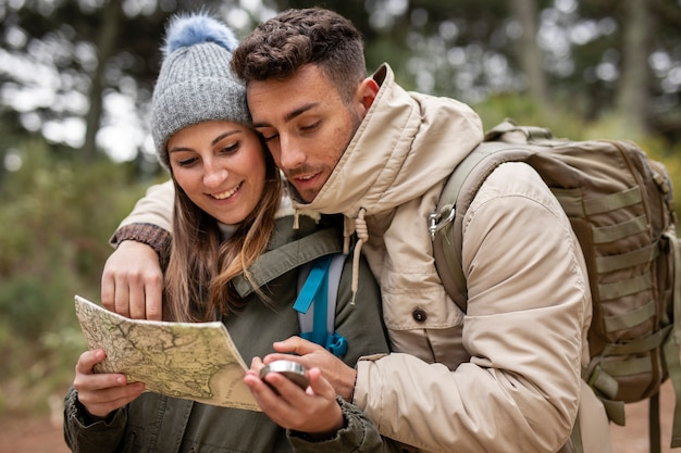Plano completo pareja sosteniendo mapa