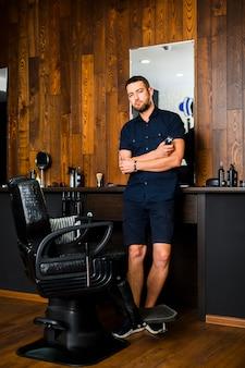 Plano completo de peluquero en peluquería