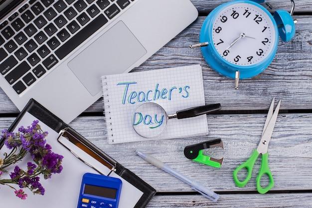 Plano del concepto del día del maestro. accesorios para aprender y estudiar en mesa de madera blanca.
