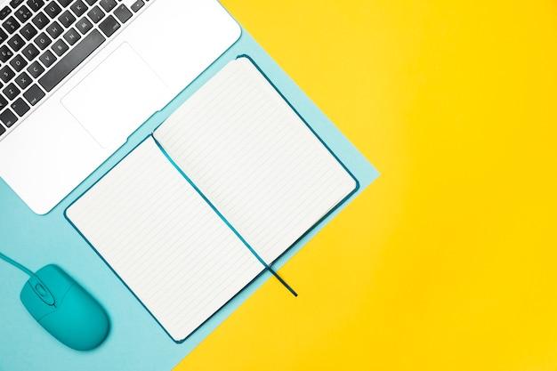 Plano concepto de escritorio con cuaderno abierto.
