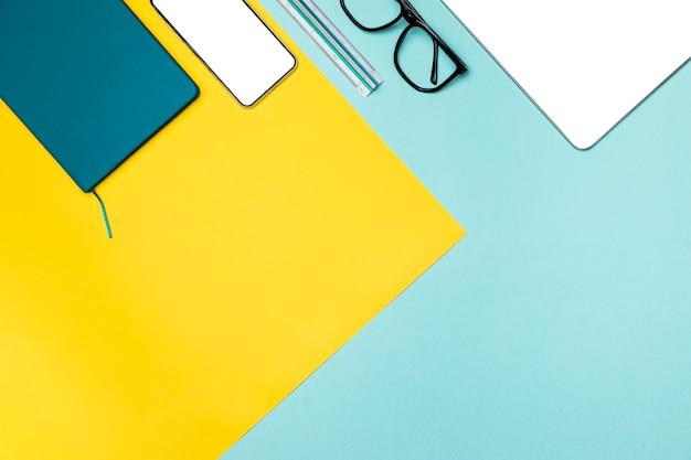 Plano concepto de escritorio con espacio de copia