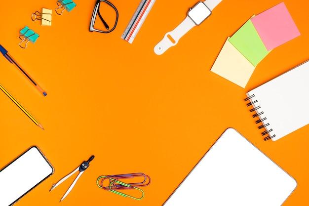 Plano concepto de escritorio con material de oficina.