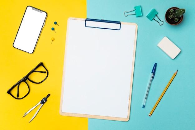 Plano concepto de escritorio con portapapeles en blanco