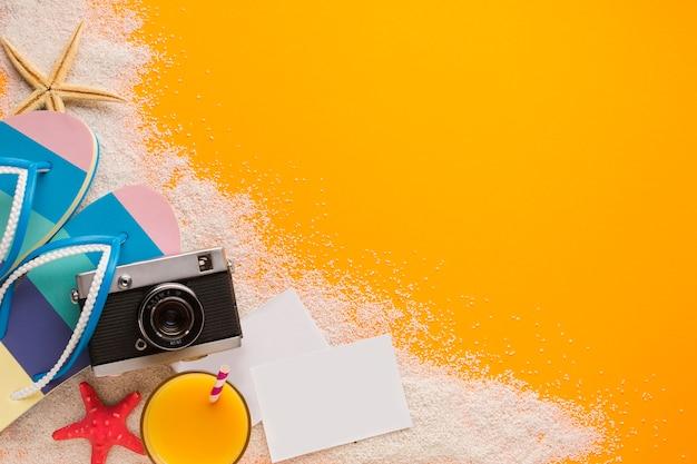 Plano concepto de playa con postales.