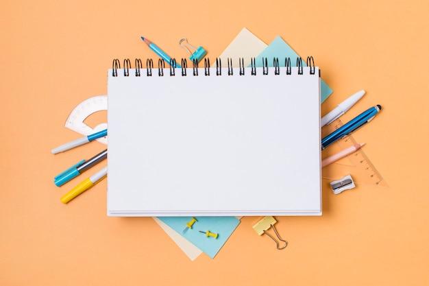 Plano del concepto de regreso a la escuela con espacio de copia