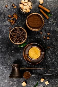 Plano creativo con café molido, granos de café, azúcar moreno y café exprés