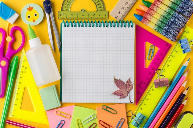 Plano creativo de nuevo al concepto de escuela con el bloc de notas