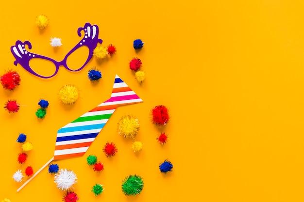 Plano de elementos esenciales de carnaval con coloridos pompones
