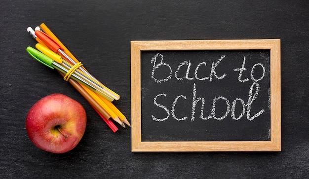 Plano de elementos esenciales de la escuela con manzana y lápices