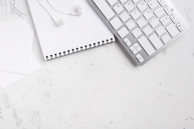 Plano de escritorio con bloc de notas y teclado