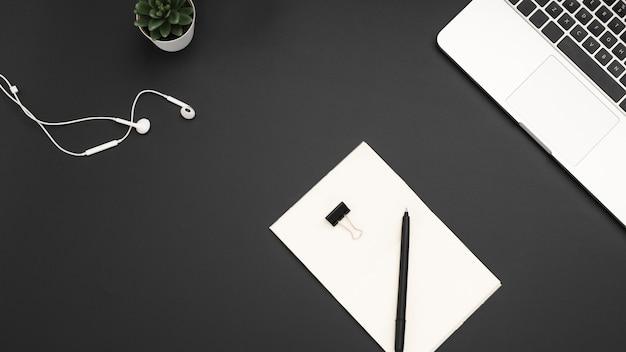 Plano de escritorio con laptop y auriculares