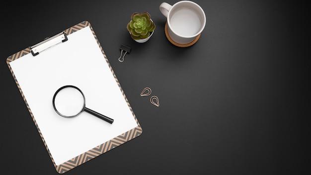 Plano de escritorio con lupa y espacio de copia