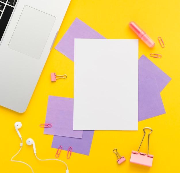 Plano de escritorio con maqueta de notas