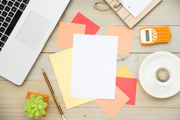 Plano de escritorio con nota en blanco